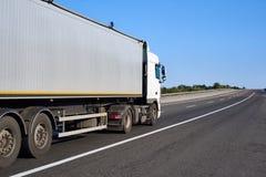 Vrachtwagen op weg met container, het concept van het ladingsvervoer, close-upvoorwerp Royalty-vrije Stock Fotografie