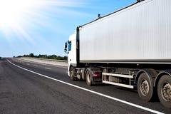 Vrachtwagen op weg met grijze container, het concept van het ladingsvervoer Royalty-vrije Stock Fotografie