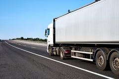 Vrachtwagen op weg met lege container, het concept van het ladingsvervoer Stock Fotografie