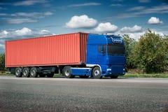 Vrachtwagen op weg met rode lege container, het verschepen, levering en c Royalty-vrije Stock Afbeeldingen