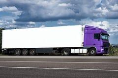 Vrachtwagen op weg met witte lege container, blauwe hemel, het concept van het ladingsvervoer Royalty-vrije Stock Afbeeldingen