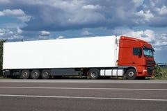 Vrachtwagen op weg met witte lege container, blauwe hemel, het concept van het ladingsvervoer Stock Afbeelding
