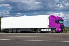 Vrachtwagen op weg met witte lege container, blauwe hemel, het concept van het ladingsvervoer Stock Afbeeldingen
