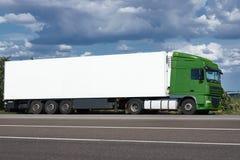 Vrachtwagen op weg met witte lege container, blauwe hemel, het concept van het ladingsvervoer Royalty-vrije Stock Foto
