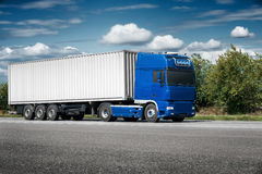 Vrachtwagen op weg met witte lege container, het verschepen, levering en Stock Afbeeldingen