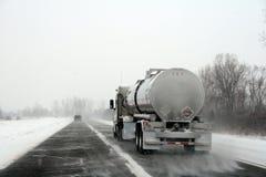 Vrachtwagen op Weg tijdens het Onweer van de Winter Stock Foto's