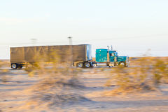 Vrachtwagen op weg 8 in zonsopgang royalty-vrije stock afbeelding