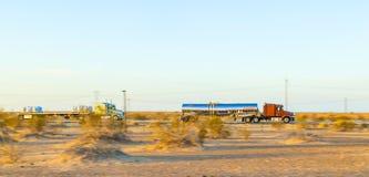 Vrachtwagen op weg 8 in zonsopgang stock afbeeldingen