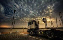 Vrachtwagen op zonsondergang royalty-vrije stock fotografie