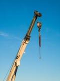 Vrachtwagen opgezet kraandetail van Telescopische boom met haak Royalty-vrije Stock Foto