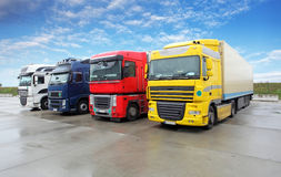 Vrachtwagen in pakhuis - Ladingsvervoer Royalty-vrije Stock Afbeeldingen