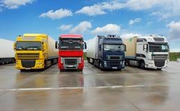 Vrachtwagen in pakhuis - Ladingsvervoer Stock Foto's