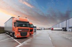 Vrachtwagen in pakhuis - Ladingsvervoer Stock Afbeelding