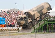 Vrachtwagen URAL die onderaan de helling gaat Stock Foto