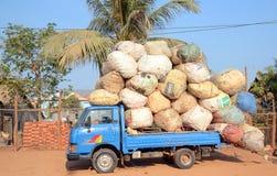 Vrachtwagen van balen van katoen wordt geladen dat Royalty-vrije Stock Afbeeldingen