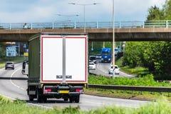 Vrachtwagen van de gordijn de zijvrachtwagen op Britse autosnelweg in snelle motie royalty-vrije stock afbeelding