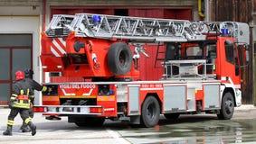 Vrachtwagen van Italiaanse brandbestrijders tijdens oefening in brandweerkazerne Royalty-vrije Stock Fotografie
