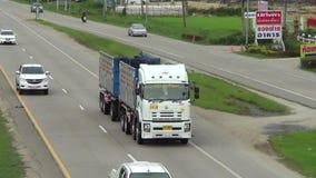 Vrachtwagen van Tong Phatthana Transport-bedrijf stock video