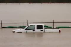 Vrachtwagen in Vloedwater dat wordt ondergedompeld royalty-vrije stock foto's