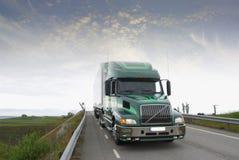 vrachtwagen in vroege ochtend Stock Afbeeldingen