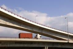 Vrachtwagen in wegviaduct stock fotografie