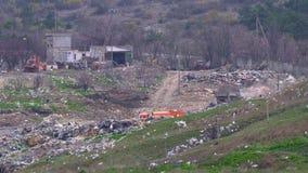 Vrachtwagenaandrijving door de stortplaats stock video
