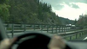 Vrachtwagenaandrijving langs op de overkant van de weg in langzame motie stock video