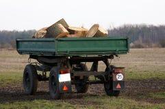 Vrachtwagenaanhangwagen met hout voor de oven royalty-vrije stock afbeelding