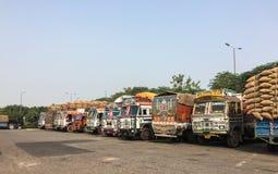 Vrachtwagenaanhangwagens op parkeerplaats in Agra, India Stock Afbeeldingen