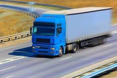 Vrachtwagenbewegingen op weg Royalty-vrije Stock Fotografie