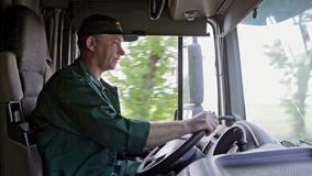 Vrachtwagenchauffeur in de Auto stock videobeelden