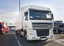 Vrachtwagenchauffeur en zijn vrachtwagen Royalty-vrije Stock Fotografie