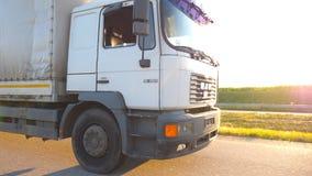 Vrachtwagenritten door het platteland met mooi landschap bij achtergrond Wielen van vrachtwagenrit bij asfalt Vrachtwagen stock footage