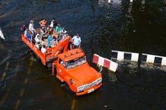 Vrachtwagens aan de vluchtelingen van het overstroomde gebied. Stock Afbeeldingen