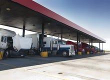 Vrachtwagens bij benzinepomppost van weg Royalty-vrije Stock Foto's
