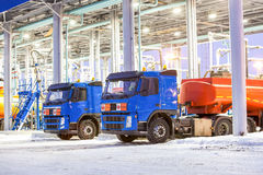 Vrachtwagens bij benzinestation op de fabriek van de olieraffinaderij stock foto