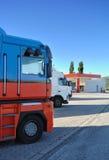 Vrachtwagens bij het benzinestation Stock Afbeeldingen