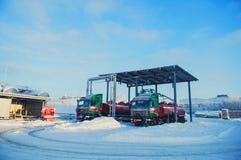 Vrachtwagens bij het tanklandbouwbedrijf De pijpleiding van de olie Het concept van de winter royalty-vrije stock afbeelding