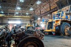 Vrachtwagens bij reparaties stock foto's