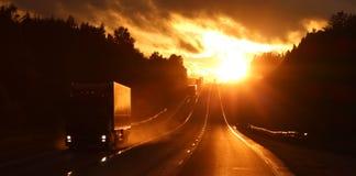 Vrachtwagens bij zonsondergang royalty-vrije stock afbeeldingen