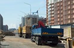 Vrachtwagens, bouwmachines en high-rise kranen op const royalty-vrije stock foto's
