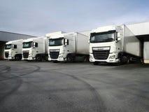 Vrachtwagens die bij logistisch pakhuis laden stock fotografie