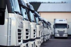 Vrachtwagens die in depot worden geparkeerd Royalty-vrije Stock Afbeelding