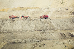 Vrachtwagens die in een kolenmijn werken Royalty-vrije Stock Fotografie