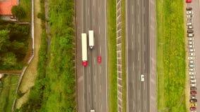 Vrachtwagens die/op de bos luchtlengte van de asfaltweg/het hoogste mening/Wegvrachtverkeer reizen drijven stock videobeelden