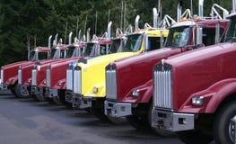 Vrachtwagens die op een rij zitten. Stock Afbeeldingen
