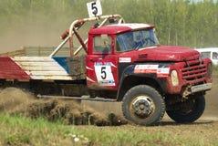 Vrachtwagens die op ongeplaveid spoor rennen Tyumen Rusland Stock Afbeeldingen