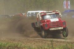 Vrachtwagens die op ongeplaveid spoor rennen Tyumen Rusland Royalty-vrije Stock Fotografie