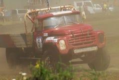 Vrachtwagens die op ongeplaveid spoor rennen Tyumen Rusland Stock Fotografie
