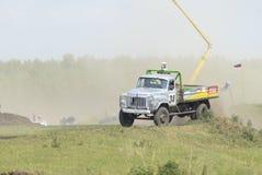 Vrachtwagens die op ongeplaveid spoor rennen Tyumen Rusland Royalty-vrije Stock Afbeelding
